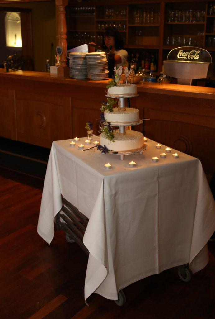 Hochzeitstorte mit Lavendel und Buttercreme | kuchengeschichten