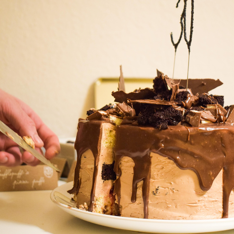 Schokokuchen mit Beeren, Yogurette und Kinderriegeln | kuchengeschichten