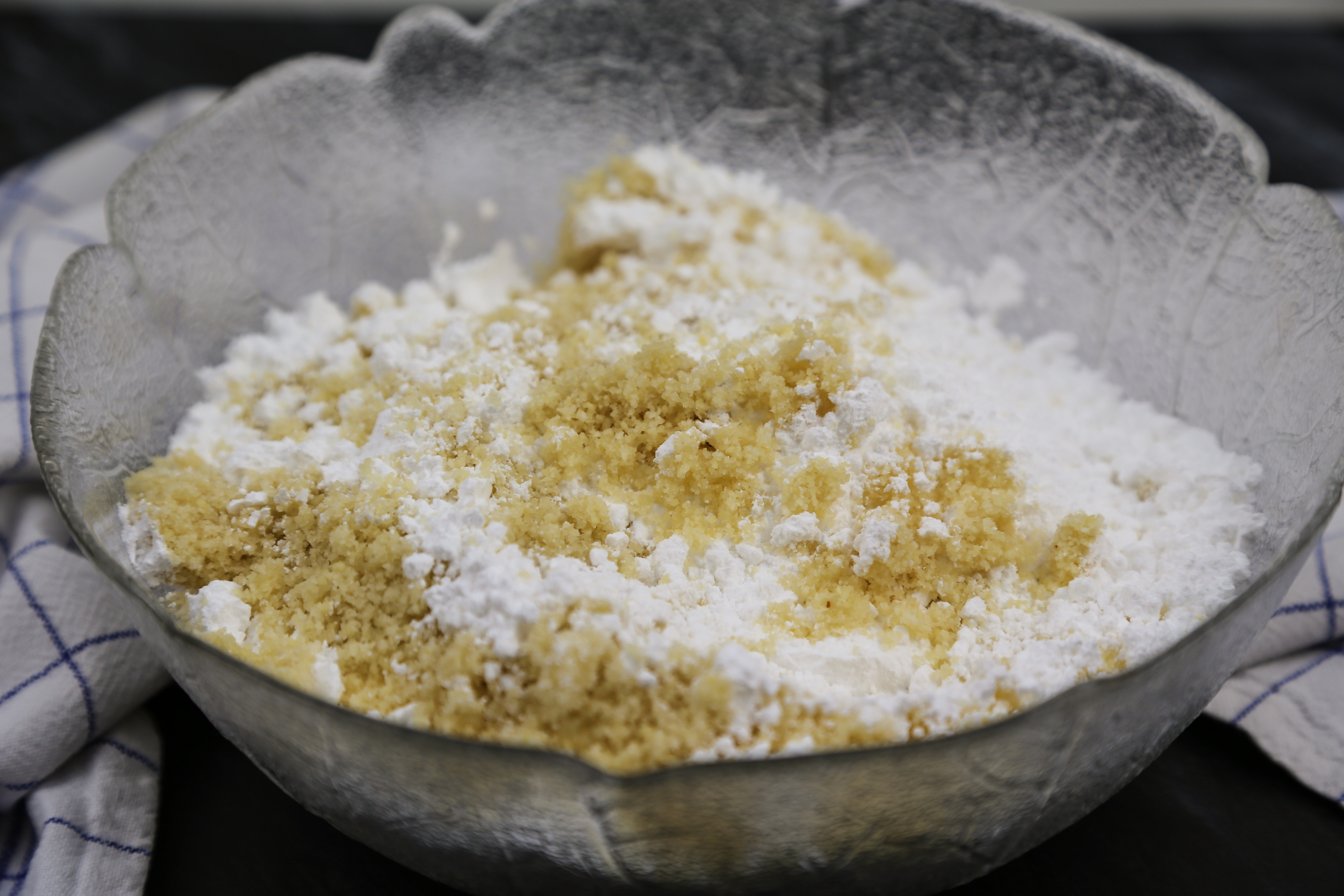 Marzipan selber machen - Mandelmehl und Puderzucker vermischen | kuchengeschichten