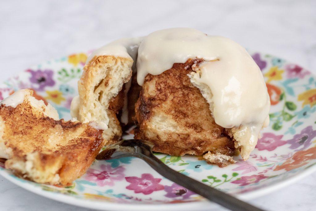 Übernacht Zimtschnecken mit Frischkäse-Frosting | kuchengeschichten