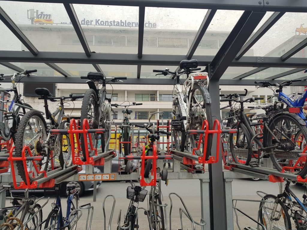Unsortiert und ungefiltert - Fahrrad in Fahrradständer | kuchengeschichten