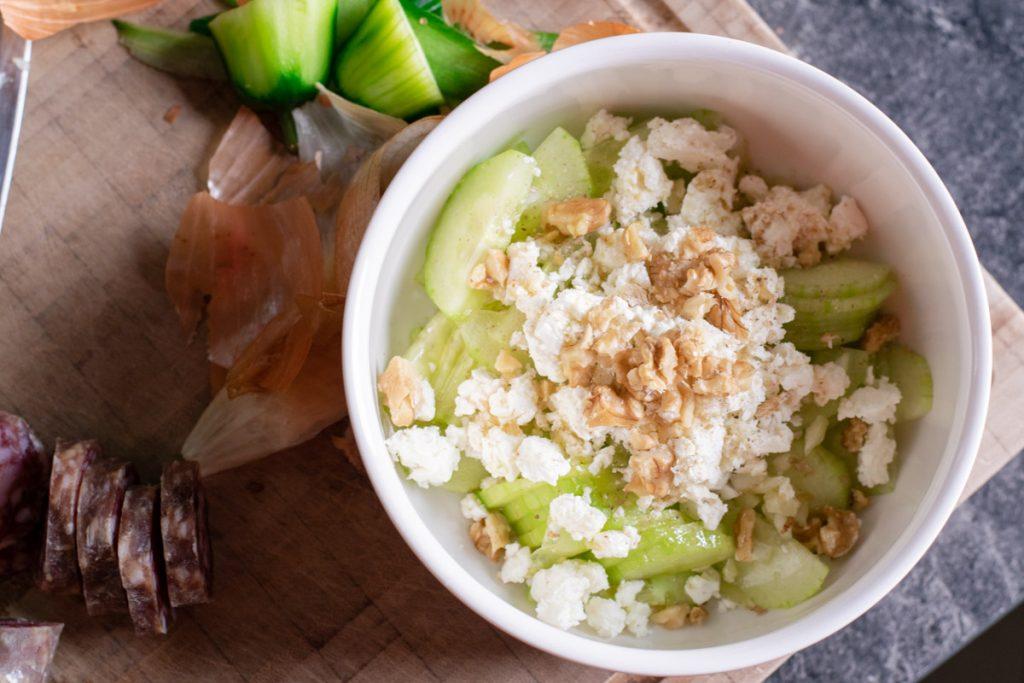 Gurkensalat mit Zwiebeln und Feta | kuchengeschichten