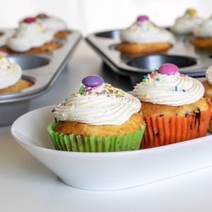 Zitronen-Blaubeer-Cupcakes mit Zitronenfuellung | kuchengeschichten
