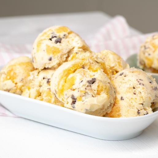Mandarinen-Buttermilch-Eis mit Keksen und Schokolade | kuchengeschichten