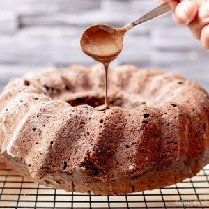 Veganer Nusskuchen mit Schokolade | kuchengeschichten