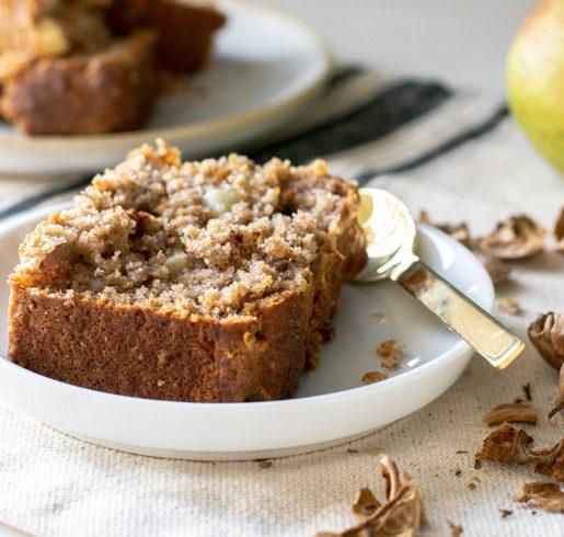 veganer Birnenkuchen mit Dinkelmehl und geroesteten Walnuessen | kuchengeschichten