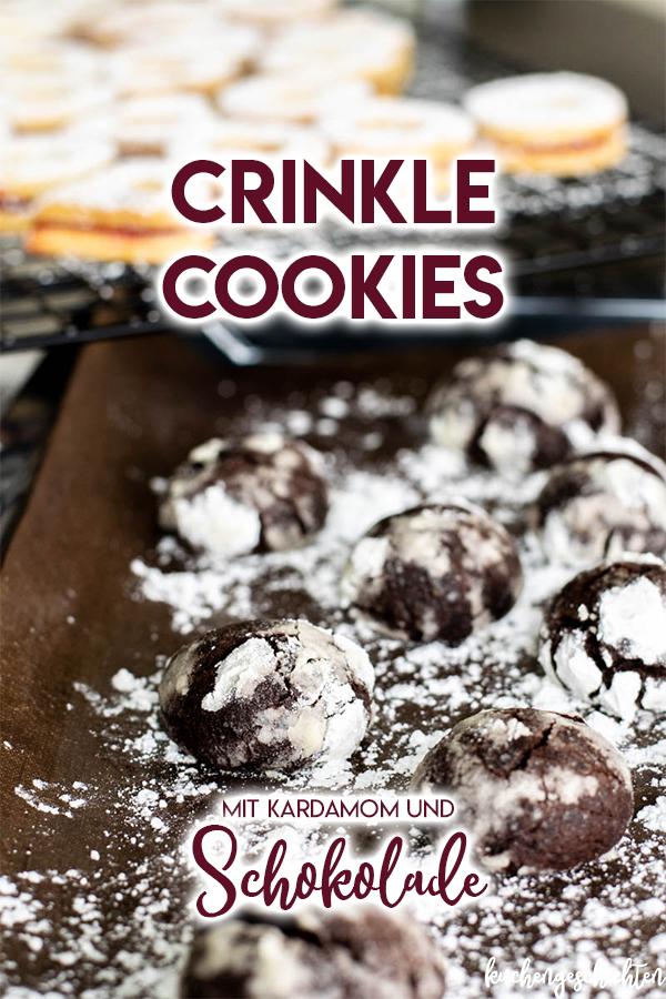 Schoko Crinkle Cookies, die so schokoladig sind, dass sie an kleine Browniehappen erinnern. Ein echter Genuss auf dem Plätzchenteller. Beste Weihnachtskekse! | kuchengeschichten