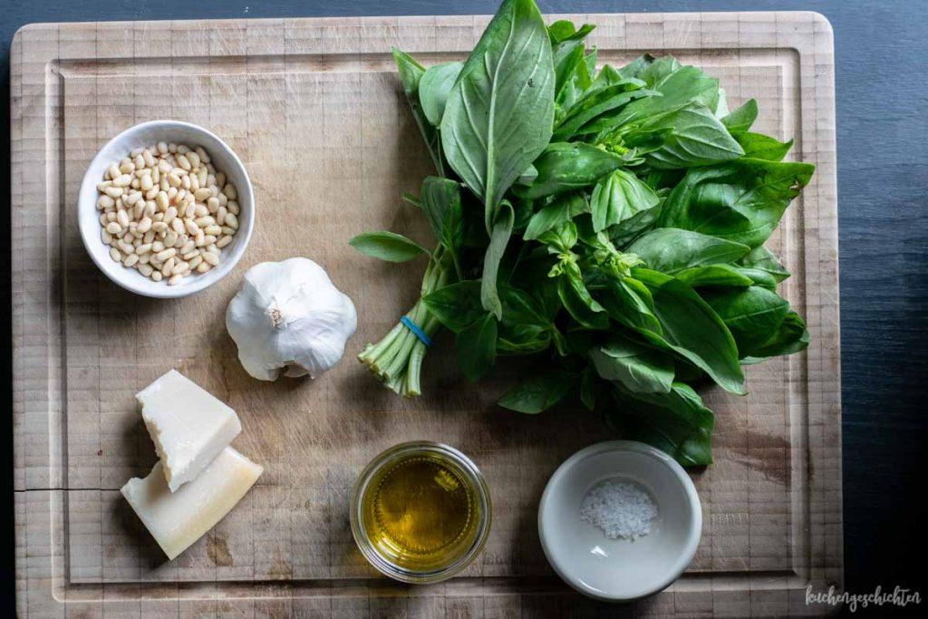 Basilikumpesto mit Parmesan und Pinienkernen selbstgemacht | kuchengeschichten