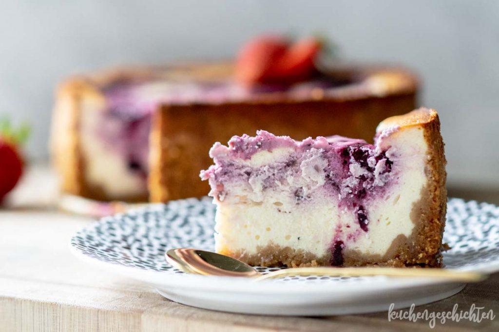 Käsekuchen mit Beeren und Beerenswirl | kuchengeschichten