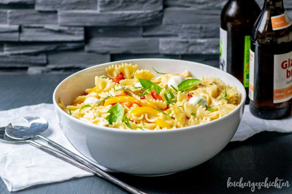 Nudelsalat mit gegrillter Paprika und Mozzarella | kuchengeschichten