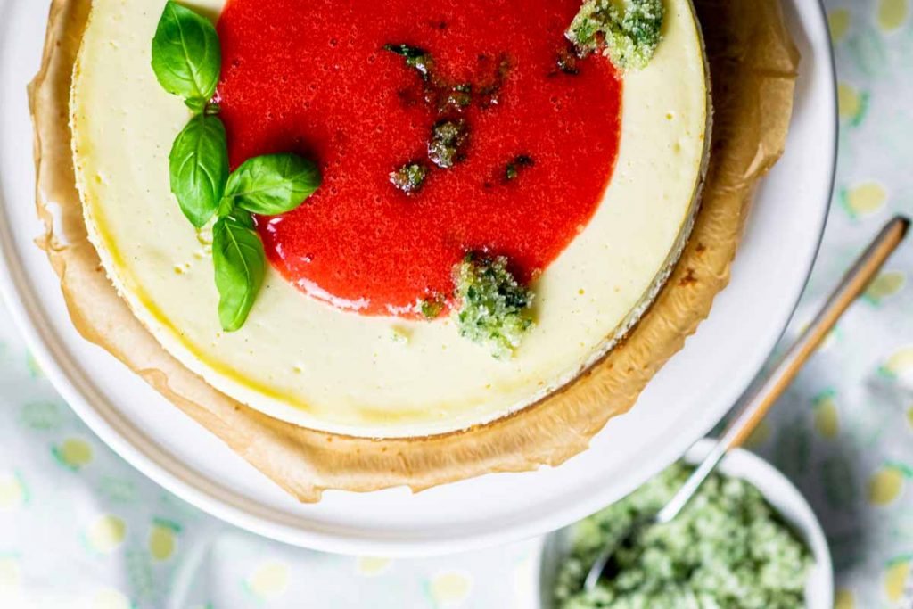 Cheesecake mit Erdbeerspiegel und Basilikumzucker | kuchengeschichten