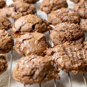 Schoko-Cookies mit Karamell und Meersalz | kuchengeschichten
